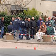 NLD/Huizen/20061106 - Hoofdgasleiding kapot gestoten bouwterrein de Hoftuinen Aristoteleslaan Huizen, bouwvakkers bouwterrein hebben een extra lange pauze