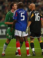 Fotball<br /> VM-kvalifisering<br /> 09.10.2004<br /> Foto: SBI/Digitalsport<br /> NORWAY ONLY<br /> <br /> Frankrike v Irland<br /> <br /> France's Fabien Bartez and William Gallas square up to Ireland's Andy O'Brien