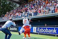 Den Bosch  -  Rutger Vermast met Stockey met volle tribunes,    voor  de Pro League hockeywedstrijd dames, Nederland-Belgie (2-0).  COPYRIGHT KOEN SUYK