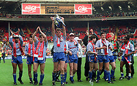 Fotball<br /> England historie<br /> Foto: Colorsport/Digitalsport<br /> NORWAY ONLY<br /> <br /> MAN UTD WITH THE LEAGUE TROPHY. MANCHESTER UNITED V NOTTINGHAM FOREST. LEAGUE CUP FINAL. FOOTBALL 1991/2.<br /> Paul Ince - Ryan Giggs - Matk Hughes - Gary Pallister - Lee Sharpe - Steve Bruce - Brian McClair?