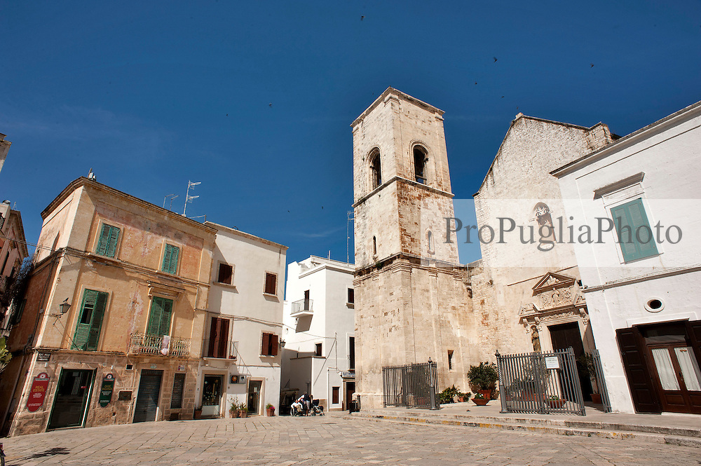 Polignano a Mare (BA) 28 aprile 2013.Piazzetta nel centro storico con facciate chiese