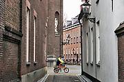 Nederland, Ravenstein, 13-4-2018Een vestingstad aan de Maas, in de gemeente Oss, in de Nederlandse provincie Noord-Brabant . De historische binnenstad telt verschillende rijksmonumenten . Een toerist op de fiets komt juist voorbij .Foto: Flip Franssen