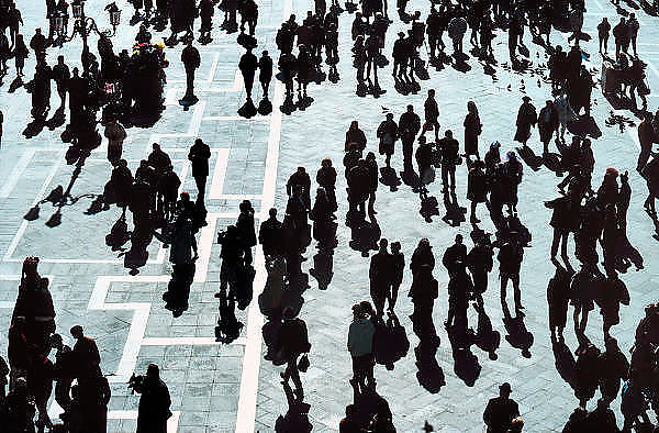 Italie, Venetie, 8-3-2008Mensen lopen op het San Marco plein.Foto: Flip Franssen