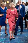 Prinses Beatrix tijdens de uitreiking van de Zilveren Anjers van het Prins Bernhard Cultuurfonds in het Koninklijk Paleis Amsterdam. <br /> <br /> Princess Beatrix at the ceremony of the Silver Carnations of the Prince Bernhard Culture Fund in the Royal Palace of Amsterdam.<br /> <br /> Op de foto: