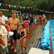 Zwemvierdaagse 2002 Huizen, zwemmers verlaten met spoed bad in verband met onweer, Gerrit Bout
