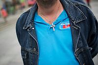 DEU, Deutschland, Germany, Dresden, 25.08.2014: Ein Besucher einer Wahlveranstaltung der Partei Alternative für Deutschland (AfD) in der Prager Strasse trägt eine Kette mit einem Kreuz und ein blaues T-Shirt mit dem Logo der AfD.
