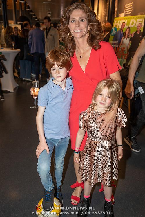 NLD/Amsterdam/201905229 - 10-jarig jubileum van Helden, Barbara Barend en kinderen Bram, Livia