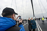 Nederland, Nijmegen, 24-11-2013Zaterdag is de nieuwe stadsbrug van de stad Nijmegen, de Oversteek, in gebruik genomen, geopend. Op de foto neemt het publiek de brug in bezit. De brug is vernoemd naar de heldhaftige oversteek van de rivier de Waal die Amerikaanse soldaten op dit punt maakten tijdens de operatie Market Garden in de tweede wereldoorlog om met succes de oude Waalbrug te veroveren. De overspanning is een belangrijke schakel in de ontlasting van de stad van het doorgaande verkeerDe Oversteek is een boogbrug van 285 meter lang en 60 meter hoog en is de op een na langste hoofd overspanning van Nederland, en de grootste boogbrug van Europa met een enkelvoudige boog.De brug wordt 23 november in gebruik genomen.De nieuwe oeververbinding moet zorgen voor een betere spreiding en doorstroming van verkeer binnen de stad Nijmegen. Na 75 jaar is er eindelijk een tweede vaste verbinding voor de stad. De oude waalbrug krijgt vanaf eind dit jaar groot onderhoud, waarna de volle capaciteit van beide bruggen pas gebruikt kan worden. De skyline van de stad is veranderd.De brug is een ontwerp van de Belgische architecten Ney en Paulissen. Foto: Flip Franssen/Hollandse Hoogte