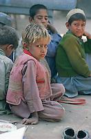 Pakistan, Khyber Pakhtunkhwa, Peshawar, jeune garcon Afghan dans une école pour refugiés // Khyber Pakhtunkhwa, Peshawar, young Afghan boy at refugee school