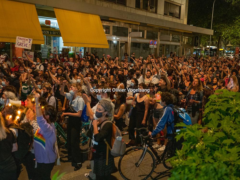 Lausanne, 13 juin 2021. Manifestation nocturne. Départ au théâtre 2.21 et arrivée sur la place de la Riponne. Des flambeaux ont été allumés sur la riponne. Manifestation pour lancer la journée de la grève des femmes et le 30ème anniversaire de la première grève de 1991. © Olivier Vogelsang