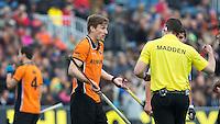 BLOEMENDAAL - Scheidsrechter Martin Madden met Rob Reckers  tijdens de kwartfinale van de EHL (Euro Hockey League) wedstrijd tussen de mannen van Oranje Zwart (Eindhoven) en Club Egara (Spanje) (4-1). FOTO KOEN SUYK