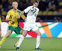Fotball<br /> Sør Afrika v New Zealand<br /> Foto: Gepa/Digitalsport<br /> NORWAY ONLY<br /> <br /> FIFA Confederations Cup 2009<br /> <br /> Bild zeigt Matthew Booth (RSA) und Chris Killen (NZL)