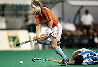WK Hockey Nederland-Argentinie (2-1). Teun de Nooijer, die een minuut voor tijd zorgde voor het winnende doelpunt, passeert de Argentijn Fernando Zylberberg