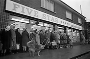 15/02/1963<br /> 02/15/1963<br /> 15 February 1963<br /> Opening of new 5 Star Supermarket at St Agnes Road in Crumlin, Dublin. Picture shows: Part of the waiting crowd prior to the opening, even the dogs were getting in line!