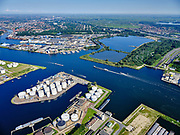 Nederland, Noord-Holland, Amsterdam, 02-09-2020; kruising Tweede Coentunnel met Noordzeekanaal, zicht op de Noorder IJ-Plas en Noorder IJpolder. Petroleumhaven met Benzine terminal van VARO.<br /> Second Coentunnel, crossing with the North Sea Canal, with a view of the Noorder IJ-Plas and Noorder IJpolder. Petroleum harbor with VARO petrol terminal.<br /> <br /> luchtfoto (toeslag op standard tarieven);<br /> aerial photo (additional fee required);<br /> copyright foto/photo Siebe Swart