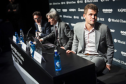 November 10, 2018 - London, GREAT BRITAIN - 181110 Fabiano Caruana of USA, Daniel King, press officer, and Magnus Carlsen of Norway during a press conference after round 2 of The FIDE World Chess Championship 2018 on November 10, 2018 in London. .Photo: Fredrik Varfjell / BILDBYRÃ…N / kod FV / 150158 (Credit Image: © Fredrik Varfjell/Bildbyran via ZUMA Press)