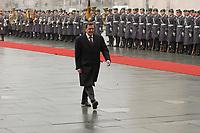 14 MAR 2002, BERLIN/GERMANY:<br /> Gerhard Schroeder, SPD, Bundeskanzler, und das zur Begruessung eines Staatsgastes mit militaerischen Ehren angetretene Wachbataillon der Bundeswehr, Ehrenhof, Bundeskanzleramt <br /> IMAGE: 20020314-02-001<br /> KEYWORDS: Soldat, Soldaten, Begrüßung, Gerhard Schröder