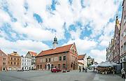 Olsztyn, 2014-05-18. Rynek Starego Miasta. Na pierwszym planie Stary Ratusz, w którym aktualnie mieści się  Wojewódzka Biblioteka Publiczna
