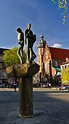 """Rzeźba """"Trzej grajkowie"""" autorstwa Bronisława Chromego, plac Wolnica na krakowskim Kazimierzu.<br /> Sculpture """"Three Gamers"""" by Bronisław Chromy, Wolnica Square in Krakow, Kazimierz."""