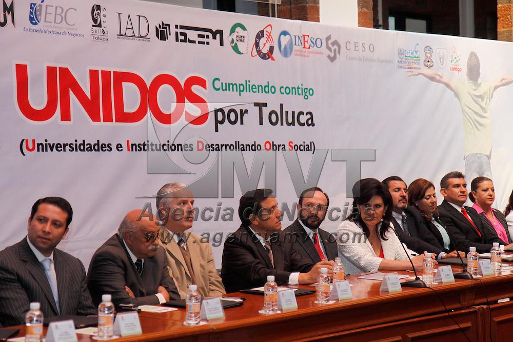 """TOLUCA, México.- Instituciones universitarias asentadas en la ciudad de Toluca y el ayuntamiento de Toluca firmaron un convenio en donde se apuesta por los jóvenes y el crecimiento y desarrollo de estos,  el proyecto lleva el nombre de """"Unidos Cumpliendo Contigo por Toluca"""", que tiene como finalidad el trabajo conjunto de autoridades y estudiantes. Agencia MVT / Crisanta Espinosa. (DIGITAL)"""