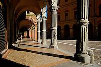 Italie, Emilie-Romagne, Bologne, arcades dans la vieille ville, Bologne compte plus de 37km d'arcade // Italy, Emilia-Romagna, Bologna, Arcade on the old city, there is more then 37km of arcade in Bologna
