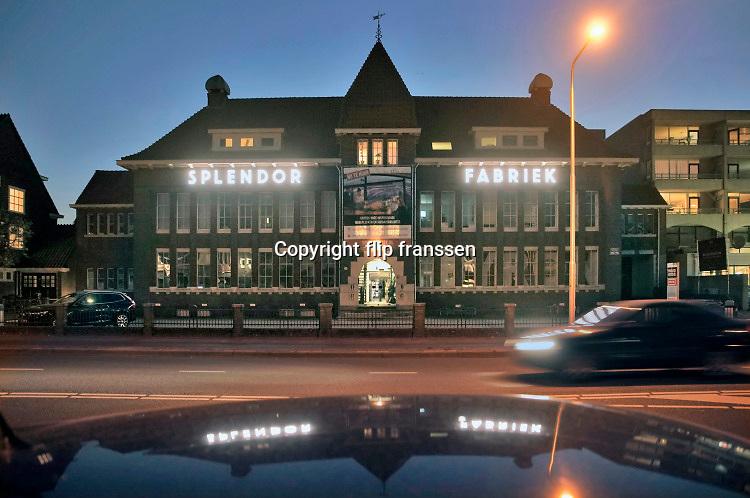 Nederland, Nijmegen, 8-4-2020  Voormalige lampenfabriek Splendor heeft weer de originele verlichting op de gevel, maar nu met duurzaam LED-licht.Foto: Flip Franssen