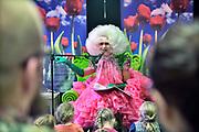 Nederland, Nijmegen, 2-2-2019In de centrale bibliotheek van Nijmegen werd opnieuw een poging gedaan om de Amsterdamse Dolly Bellefleur, het alter ego van cabaretier en tekstdichter Ruud Douma,  te laten voorlezen. Voorafgaand hielden hono en lgtbi-activisten een bijeenkomst voor het gebouw. Honorechtenvoorvechter Jac Splinter sprak een dertigtal aanwezigen toe. Een vorige keer werd de middag afgeblazen wegens protesten van orthodox christelijke actievoerders.Foto: Flip Franssen