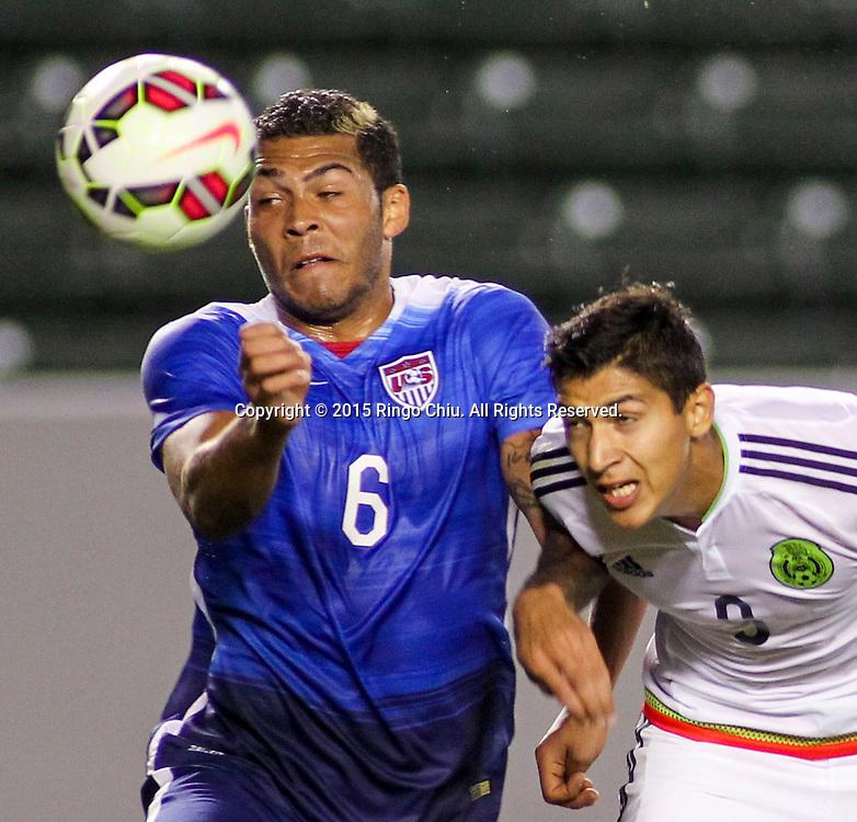 4月22日,美國隊球員Christian Dean(右)與墨西哥隊球員Louis Solorio(左)在比賽中爭球。當天晚上,在美國洛杉磯家得寶中心球場舉行的國際足球友誼賽中,美國隊對陣墨西哥隊。美國隊以3-0戰勝墨西哥隊。(新華社發 趙漢榮攝)<br /> Mexico's defender Louis Solorio #3, right, and United States' defender Christian Dean #6, left, battle for a head ball during a men's national team international friendly match, April 22, 2015, at StubHub Center in Carson, California, United State. United States won 3-0. (Xinhua/Zhao Hanrong)(Photo by Ringo Chiu/PHOTOFORMULA.com)