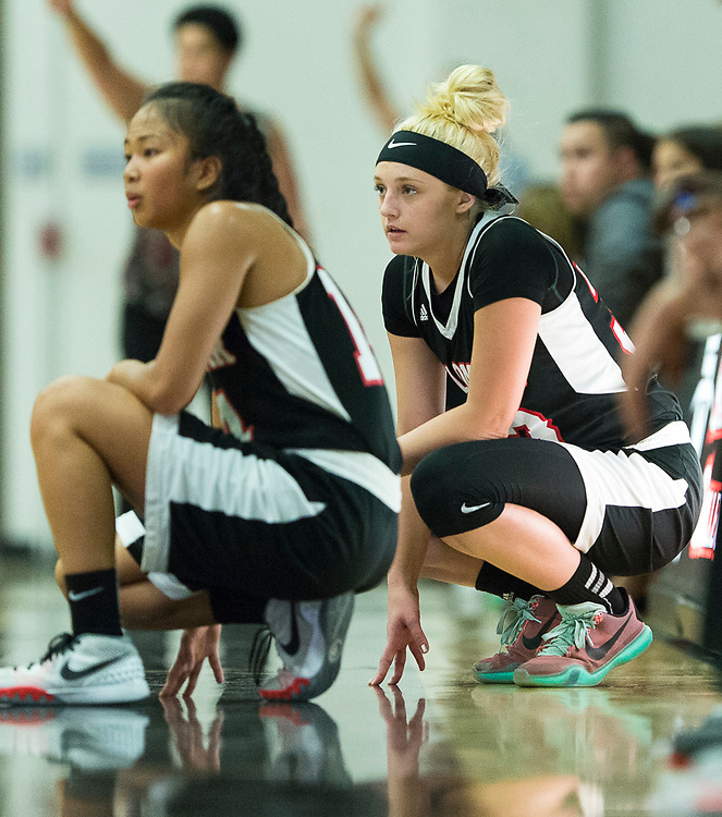 Palomar College Comets no 34 Megan Scott and no 14 Roshell Lamug  is waiting to play in the match<br /> <br /> <br /> Shoot by Joakim Ahlstrom, Sport Shooter Academy
