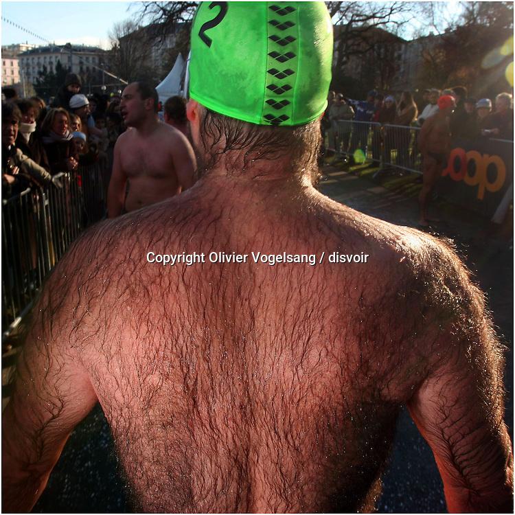 Genève, 18 décembre 2005. La Coupe de Noël est une épreuve de natation dans le lac. Le départ se situe sur la rive gauche de la rade de Genève. L'épreuve est longue de 125m. Chaque année, les concurrents viennent se mesurer dans les eaux glacials du lac. Certains participants en profitent pour se déguiser et se maquiller. Une foule nombreuse vient chaque année encourager les participants.