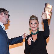 NLD/Bergen/20131114 - Boekpresentatie Saskia Noort - Debet, Saskia krijgt uit handen van de uitgever het eerste exemplaar