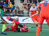 AMSTELVEEN - Mirco Pruyser (Ned) met Ammad Butt (Pak) tijdens  de tweede  Olympische kwalificatiewedstrijd hockey mannen ,  Nederland-Pakistan (6-1). Oranje plaatst zich voor de Olympische Spelen 2020.   COPYRIGHT KOEN SUYK