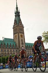 TRIATHLON: ITU World Championship Hamburg 2011, Hamburg, 17.07.2011 Elite Frauen, Radfahren, Mateja SIMIC (SLO, 45)  vor dem Hamburger Rathaus