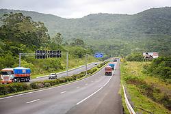 Vista para o trecho gaúcho duplicado da BR-101 do túnel de Morro Alto, entre Maquiné e Osório, no RS. O trecho envolvido em mais de 1000 desapropriações e impasses com comunidades quilombolas e indígenas, foi inaugurado em 2010 pelo Presidente Lula com três anos de atraso. Licitada por R$ 385 milhões em 2004, a conclusão do lado gaúcho superou R$ 1 bilhão. FOTO: Gustavo Roth / Agência Preview