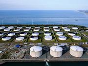 Nederland, Zuid-Holland, Rotterdam, 14-09-2019; Yangtzehaven met Maasvlakte Olie Terminal (MOT), links de drie tanks van Gate terminal. De terminal voor dient voor LNG import.<br /> Yangtzehaven with Maasvlakte Oil Terminal (MOT), including the three tanks of the Gate terminal for LNG import.<br /> <br /> luchtfoto (toeslag op standard tarieven);<br /> aerial photo (additional fee required);<br /> copyright foto/photo Siebe Swart