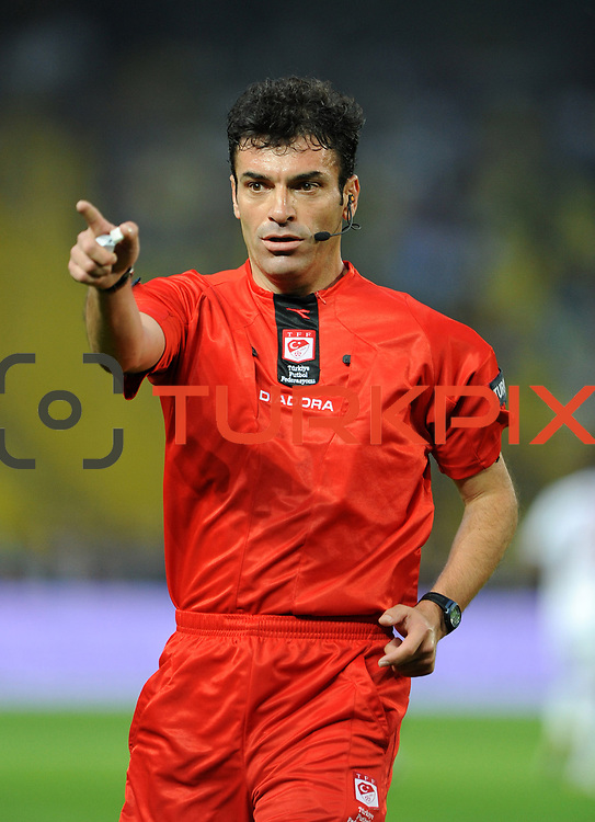 Referee's Yunus YILDIRIM during their Turkish superleague soccer derby match Fenerbahce between Trabzonspor at the Sukru Saracaoglu stadium in Istanbul Turkey on Sunday 16 May 2010. Photo by TURKPIX