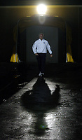 Fotball<br /> Foto: BPI/Digitalsport<br /> NORWAY ONLY<br /> <br /> 13/10/2004<br /> <br /> Azerbaijan / Azerbajan v England<br /> <br /> World Cup Qualifier, Tofiq Berhamov Stadium<br /> <br /> England goalkeepng coach Ray Clemence steps out of the dressing room