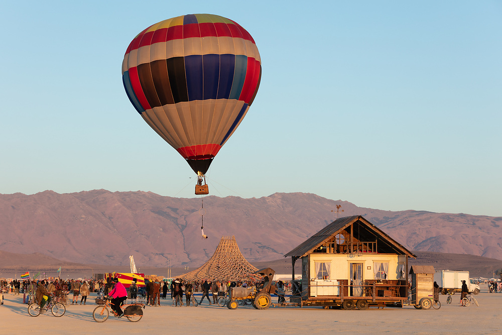 This person escaped from a straight jacket while hanging upside down from a hot air balloon. My Burning Man 2018 Photos:<br /> https://Duncan.co/Burning-Man-2018<br /> <br /> My Burning Man 2017 Photos:<br /> https://Duncan.co/Burning-Man-2017<br /> <br /> My Burning Man 2016 Photos:<br /> https://Duncan.co/Burning-Man-2016<br /> <br /> My Burning Man 2015 Photos:<br /> https://Duncan.co/Burning-Man-2015<br /> <br /> My Burning Man 2014 Photos:<br /> https://Duncan.co/Burning-Man-2014<br /> <br /> My Burning Man 2013 Photos:<br /> https://Duncan.co/Burning-Man-2013<br /> <br /> My Burning Man 2012 Photos:<br /> https://Duncan.co/Burning-Man-2012