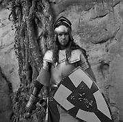 Junger Mann in Ritterrüstung; jeune homme en armure de chevalier, young man in armor. Düdingen, 2004. © Romano P. Riedo