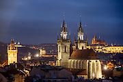 Das Altstaeadter Rathaus (links), die Teynkirche (Mitte) und die Prager Burg im Hintergrund, im Abendlicht.