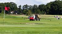 ZWOLLE - Greenkeeper spuit Golfclub Zwolle. FOTO KOEN SUYK