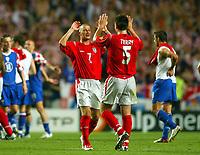 Fotball<br /> Euro 2004<br /> 21.06.2004<br /> Foto: SBI/Digitalsport<br /> NORWAY ONLY<br /> <br /> Kroatia v England<br /> <br /> David Beckham celebrates with John Terry after the 4-2 victory