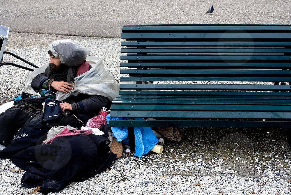 Nederland Den Haag 6 september 2008 Foto: David Rozing .Zwerver met tassen vol spullen/ prullen die hij heeft verzameld in de omgeving van Centraal Station. De man verzameld dwangmatig van alles en nog wat en bewaart dit in zijn tassen die hij deze aan zich vastgeknoopt, hij ziet zijn verzameling als kunst. Ook dienen ze om hem warm te houden....Foto David Rozing