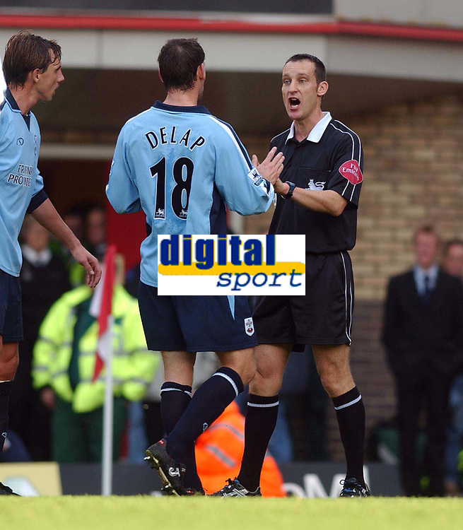Fotball<br /> Premier League England 2004/2005<br /> Foto: SBI/Digitalsport<br /> NORWAY ONLY<br /> <br /> 30.10.2004<br /> Arsenal v Southampton<br /> <br /> Southampton's Rory Delap talks with referee Matt Messias after he has given Arsenal a penalty
