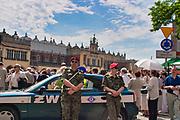 Patrol żandarmerii wojskowej na Rynku Głównym w Krakowie podczas procesji Bożego Ciała.