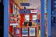 Nederland, Amsterdam, 5-3-2019 Een kantoor voor de boeking van tours & Tickets tegenover de Munt .Foto: Flip Franssen