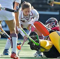 AMSTELVEEN - Amsterdam speelster Kelly Jonker in duel met Terriers keeper Laura  Hakvoort  tijdens de hoofdklasse hockeywedstrijd tussen de vrouwen van Amsterdam en Terriers (4-0). COPYRIGHT KOEN SUYK