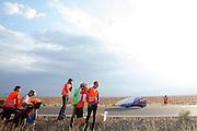 De Arion 1 van het studententeam uit Liverpool passeert de VeloX V die gevallen is. Op maandagochtend vinden de kwalificaties plaats. Het team slaagt er door valpartijen niet in om de rijders en de VeloX V te kwalificeren. Het Human Power Team Delft en Amsterdam (HPT), dat bestaat uit studenten van de TU Delft en de VU Amsterdam, is in Amerika om te proberen het record snelfietsen te verbreken. Momenteel zijn zij recordhouder, in 2013 reed Sebastiaan Bowier 133,78 km/h in de VeloX3. In Battle Mountain (Nevada) wordt ieder jaar de World Human Powered Speed Challenge gehouden. Tijdens deze wedstrijd wordt geprobeerd zo hard mogelijk te fietsen op pure menskracht. Ze halen snelheden tot 133 km/h. De deelnemers bestaan zowel uit teams van universiteiten als uit hobbyisten. Met de gestroomlijnde fietsen willen ze laten zien wat mogelijk is met menskracht. De speciale ligfietsen kunnen gezien worden als de Formule 1 van het fietsen. De kennis die wordt opgedaan wordt ook gebruikt om duurzaam vervoer verder te ontwikkelen.<br /> <br /> The qualifying on Monday. The team didn't qualify due to crashes. The Human Power Team Delft and Amsterdam, a team by students of the TU Delft and the VU Amsterdam, is in America to set a new  world record speed cycling. I 2013 the team broke the record, Sebastiaan Bowier rode 133,78 km/h (83,13 mph) with the VeloX3. In Battle Mountain (Nevada) each year the World Human Powered Speed Challenge is held. During this race they try to ride on pure manpower as hard as possible. Speeds up to 133 km/h are reached. The participants consist of both teams from universities and from hobbyists. With the sleek bikes they want to show what is possible with human power. The special recumbent bicycles can be seen as the Formula 1 of the bicycle. The knowledge gained is also used to develop sustainable transport.