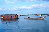 Asie du Sud Est, Cambodge, lac de Tonle Sap, Réserve de la Biosphère, Patrimoine UNESCO en 1997, village flottant de pêcheurs vietnamiens de Chong Kneas, maison flottante // Southeast Asia, Cambodia, Tonle Sap lake, Biosphere reserve of UNESCO in 1997, Chong Kneas, floating vietnamien village, floating house