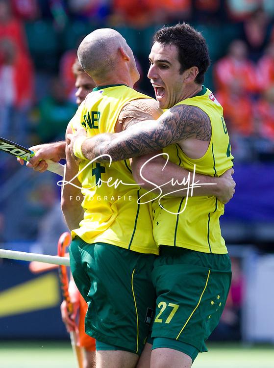 DEN HAAG - De Australier Glenn Turner heeft gescoord tijdens de finale van de Rabobank Worldcup Hockey , tussen de mannen van Nederland en Australie. rechts Kieran Govers. ANP KOEN SUYK